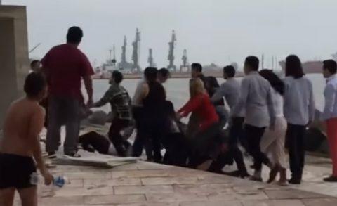 VARIAS FAMILIAS SE ENFRENTAN A GOLPES EN PLAYA DE VERACRUZ