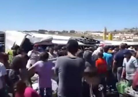 (VIDEO) VUELCA UN TRAILER LLENO DE CERVEZAS EN ZACATECAS Y MULTITUD SE LAS ROBA