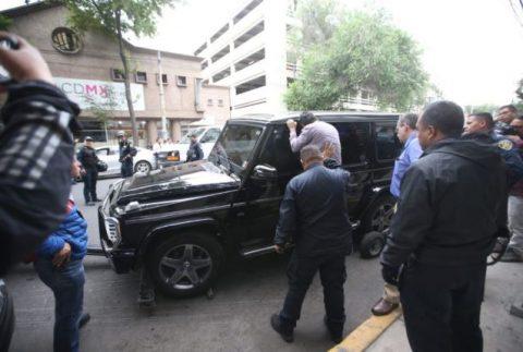HOMBRES ARMADOS SE REFUGIABAN EN UNA MERCEDES BENZ BLINDADA EN CDMX